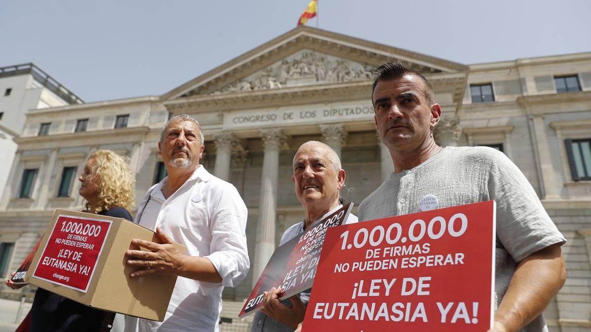 Firmas a favor de una ley que regule la eutanasia. Efe