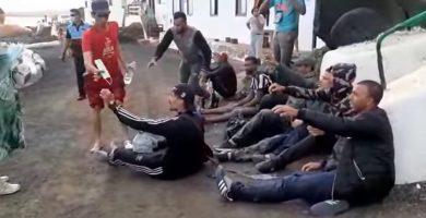 Jóvenes marroquíes besan el suelo al tocar Lanzarote; los vecinos los ayudan entre lágrimas