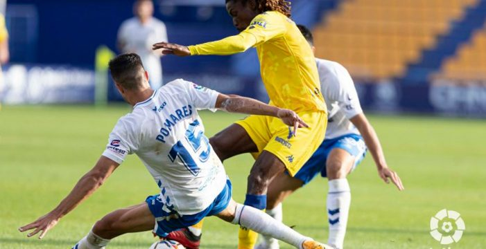 El Tenerife encaja la primera derrota de la temporada en Santo Domingo (2-0)