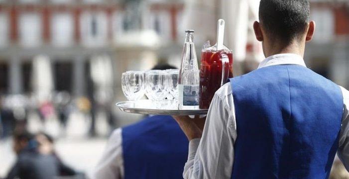 Manipula a una clienta del bar para conseguir su herencia millonaria