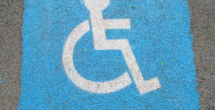 Le cae una dura condena por aparcar con una tarjeta falsa en una plaza reservada a personas con movilidad reducida