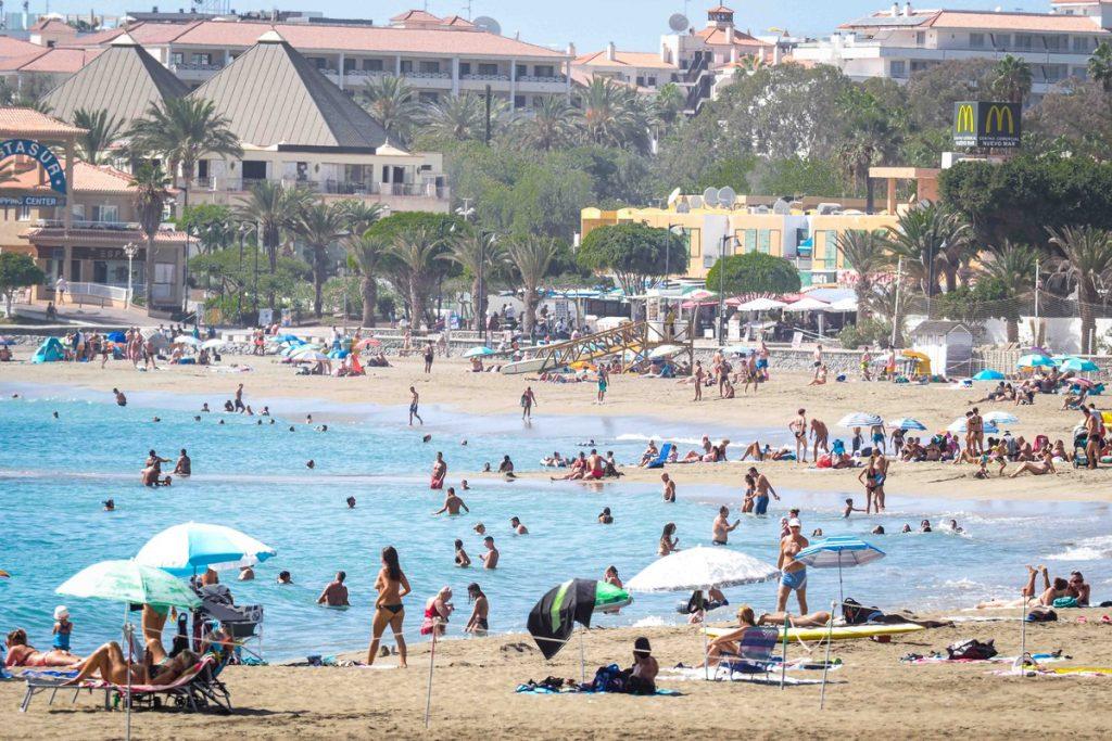 Ante las elevadas temperaturas, tinerfeños y turistas no se resistieron de acudir a la playa, como en la playa Las Vistas, en Arona. Sergio Méndez