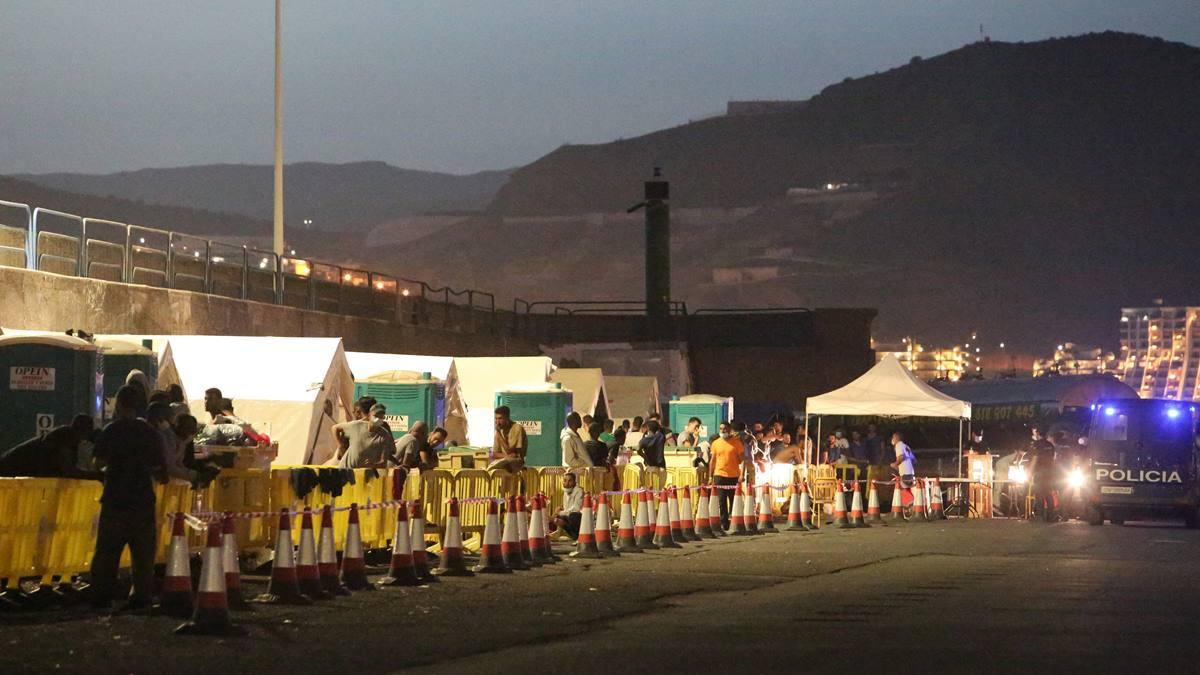 Las carpas se amontonan en el puerto de Arguineguín ante la llegada continua de inmigrantes. Efe
