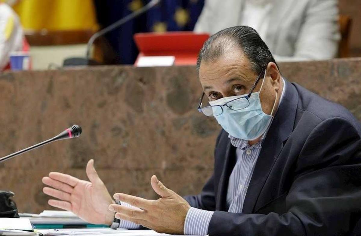 """El consejero regional de Sanidad, Blas Trujillo, destacó ayer en su intervención en la comisión parlamentaria que """"la contagiosidad del virus ha descendido"""" en Canarias. Foto: EFE"""