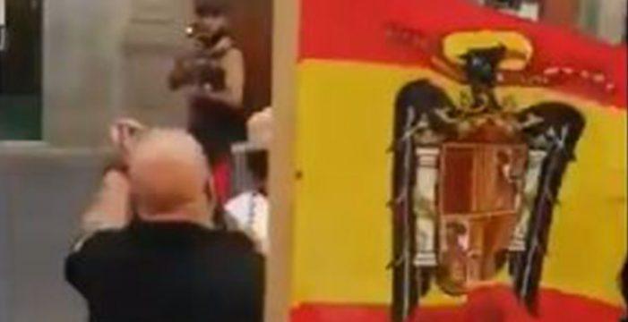 Investigan a las personas que mostraron una bandera franquista en Tenerife