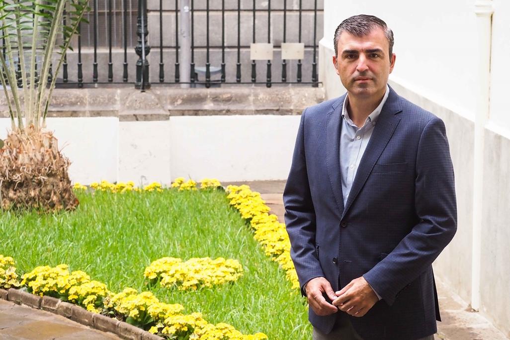 Manuel Domínguez, en el patio del Parlamento de Canarias. / SERGIO MÉNDEZ