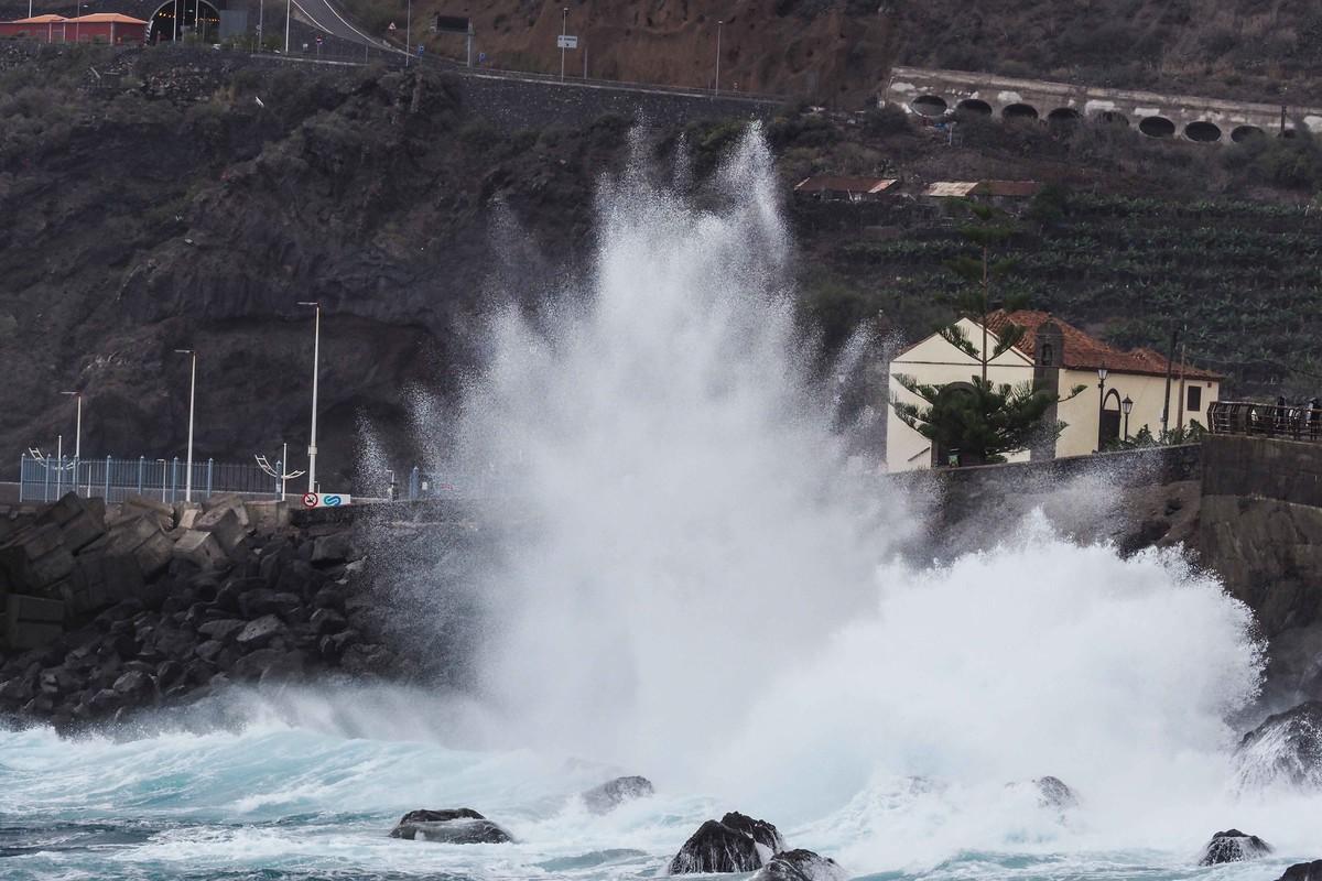Las fuertes rachas de viento generaron olas de hasta ocho metros de altura que obligaron a algunos ayuntamientos a tomar medidas preventivas, como el de Garachico. Sergio Méndez
