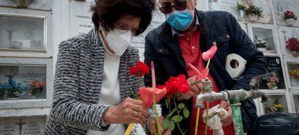 La COVID-19 marca el recuerdo a los difuntos en los cementerios