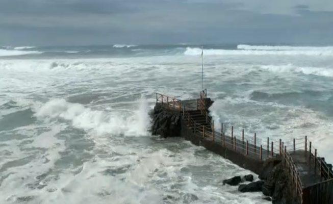 Cierre de playas, avenidas y olas de ocho metros por el temporal costero en Tenerife