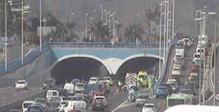 Dos accidentes casi simultáneos colapsan la autopista TF5