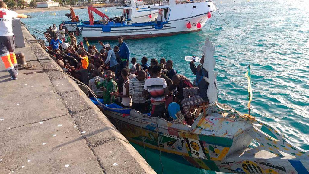 Un cayuco con unas cien personas en el puerto de Los Cristianos, el 31 de octubre de 2020