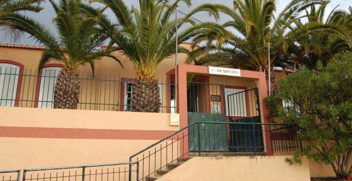 El test positivo de una profesora sustituta hace cerrar la unitaria de Monte Breña, en Mazo
