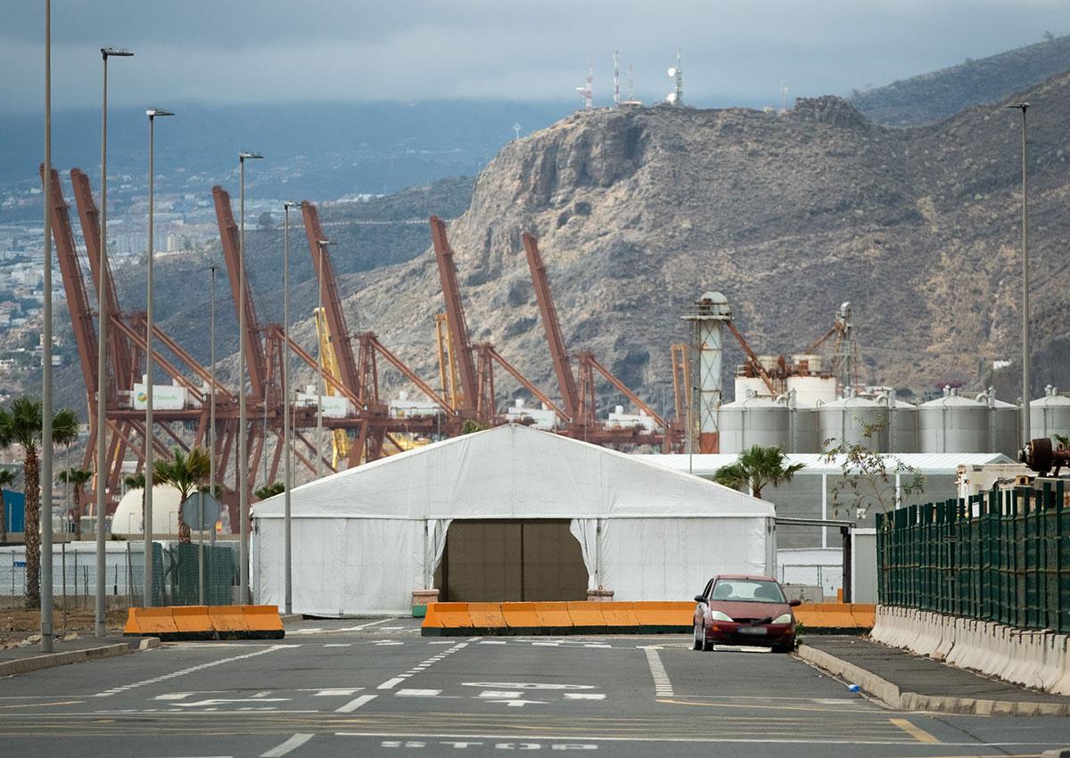 Imagen de la gran carpa que se ha instalado en la Zona Franca de la Dársena Pesquera para hacer pruebas COVID a la población de Santa Cruz