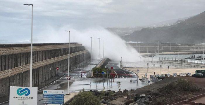 Cerrada la avenida marítima de Garachico por fuerte oleaje