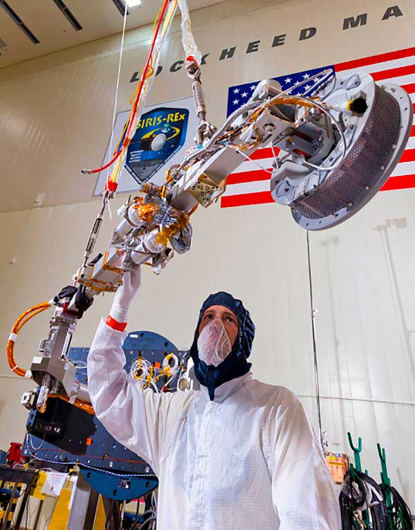 Un operario examina el brazo robótico TAGSAM. NASA