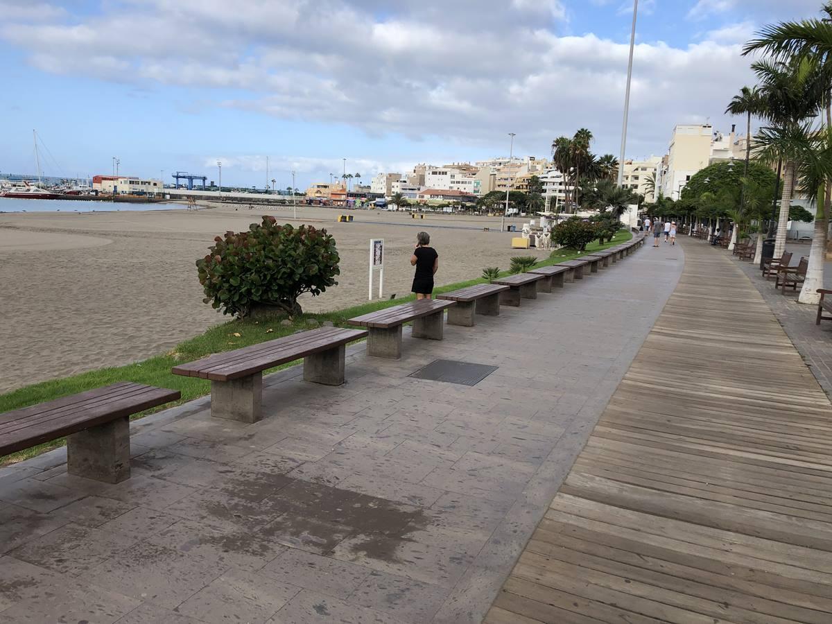La playa y el paseo de Los Cristianos presentan un aspecto muy distinto al habitual. J. C. M.