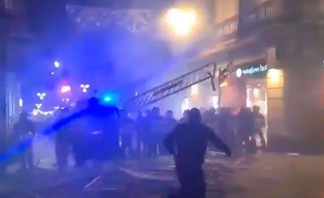 Una protesta negacionista en Barcelona acaba con altercados y un herido