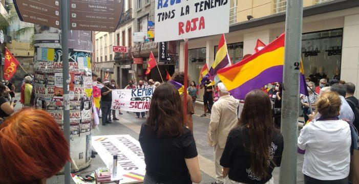 Un centenar de personas se manifiestan en Santa Cruz a favor de la República
