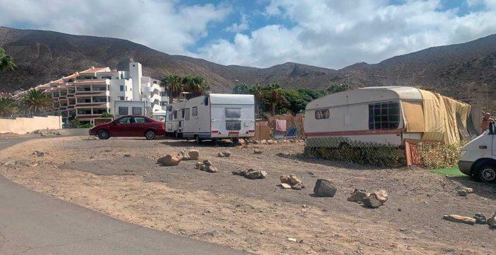 Retiran un asentamiento ilegal de chabolas y caravanas en Los Cristianos