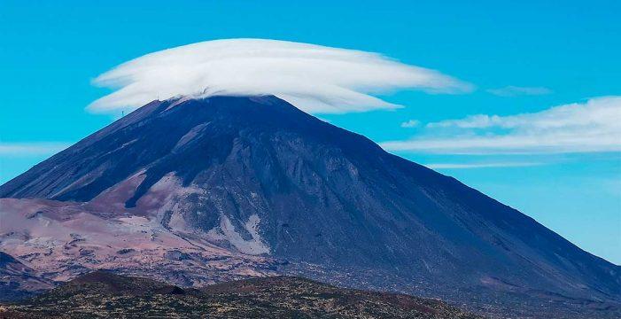 El 'sombrero' del Teide se deja ver este domingo por las fuertes rachas de viento