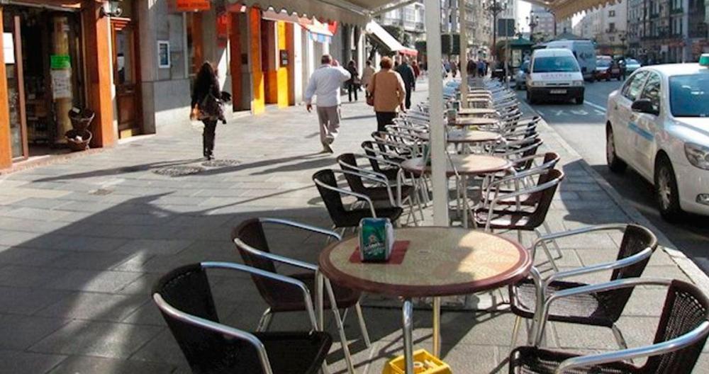 Mesas vacías en la terraza de un bar de Barcelona / EUROPA PRESS