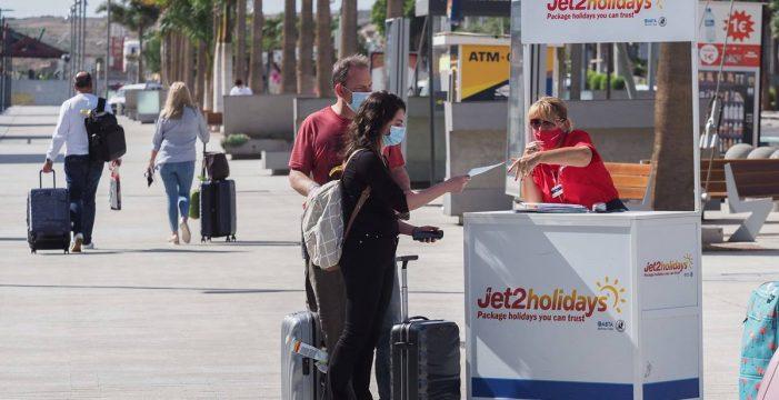 Llegan a Tenerife los primeros, y por ahora escasos, turistas con PCR