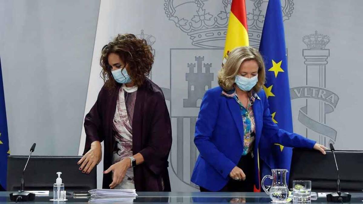 María Jesús Montero y Nadia Calviño, en la rueda de prensa posterior al Consejo de Ministros. Efe