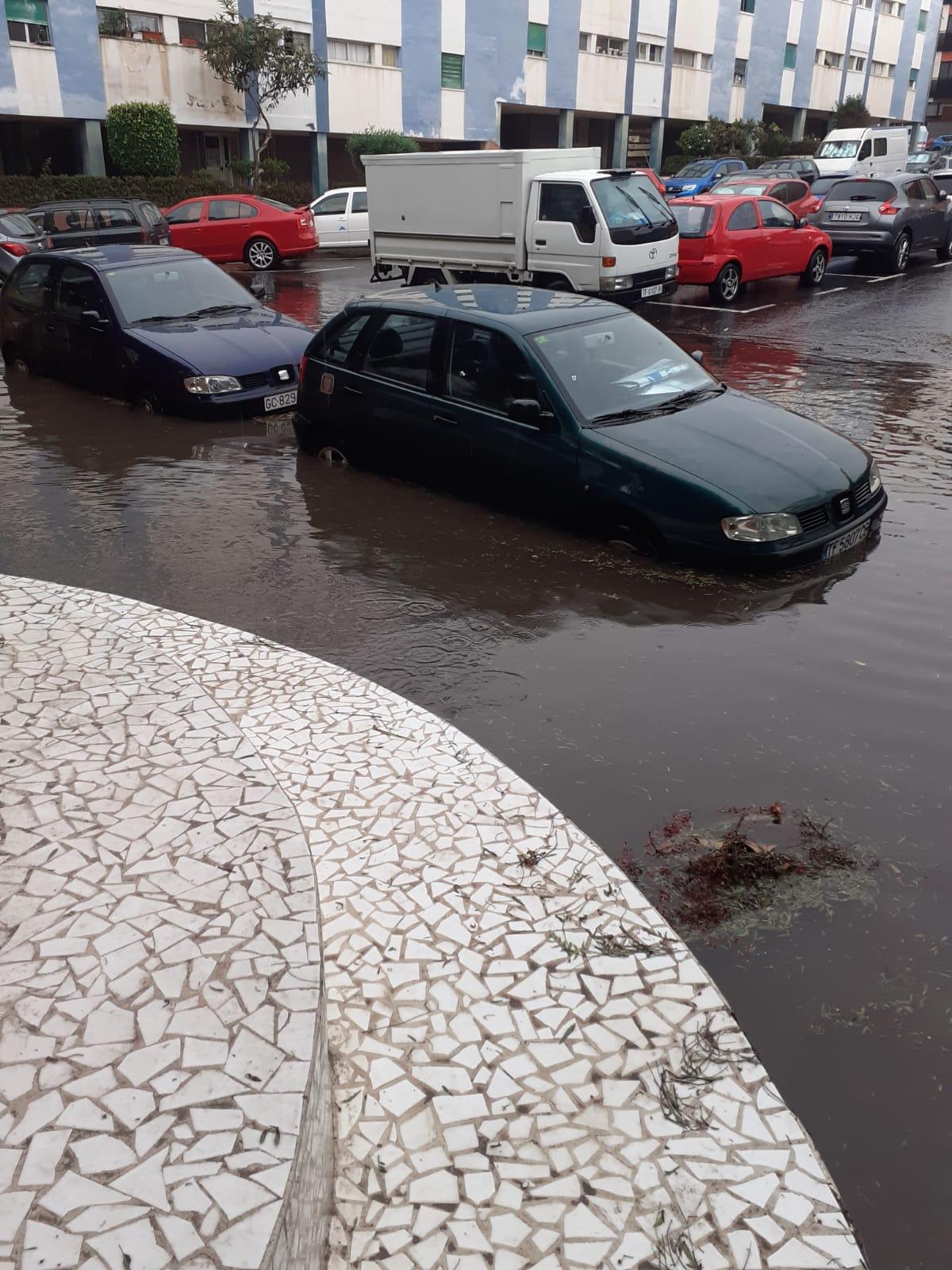El desbordamiento del alcantarillado en algunas zonas de La Laguna ha provocado problemas en la circulación de vehículos