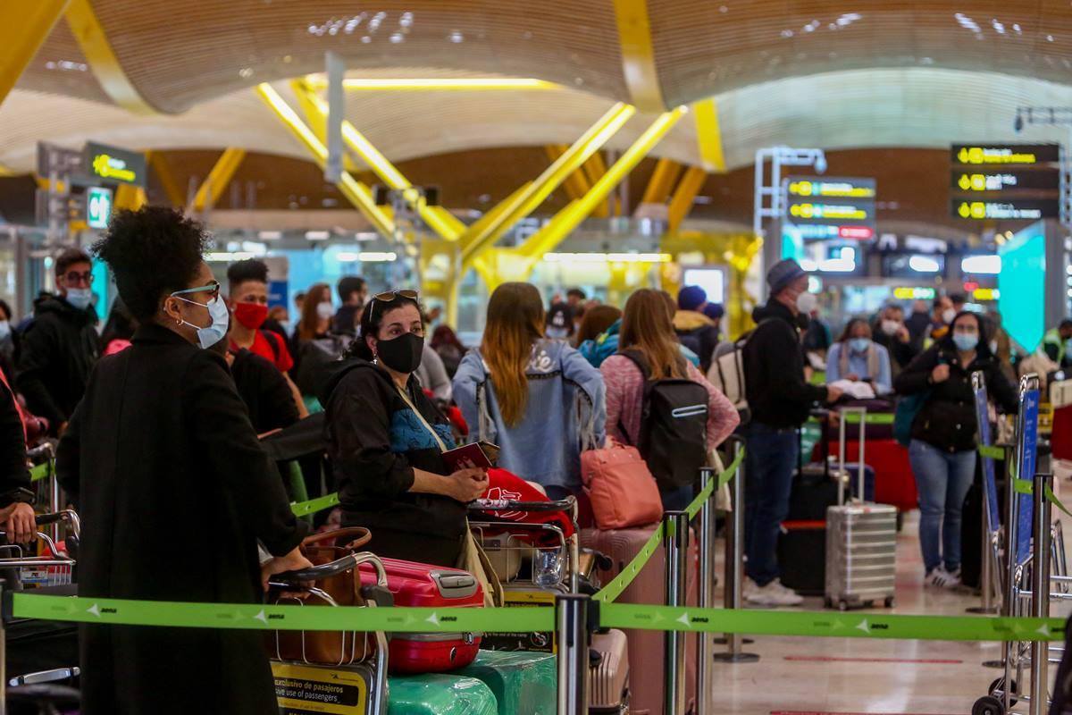 Filas de pasajeros esperan para dejar su maleta antes de embarcar en el avión en la T4 del Aeropuerto Adolfo Suárez Madrid-Barajas, en Madrid. EP