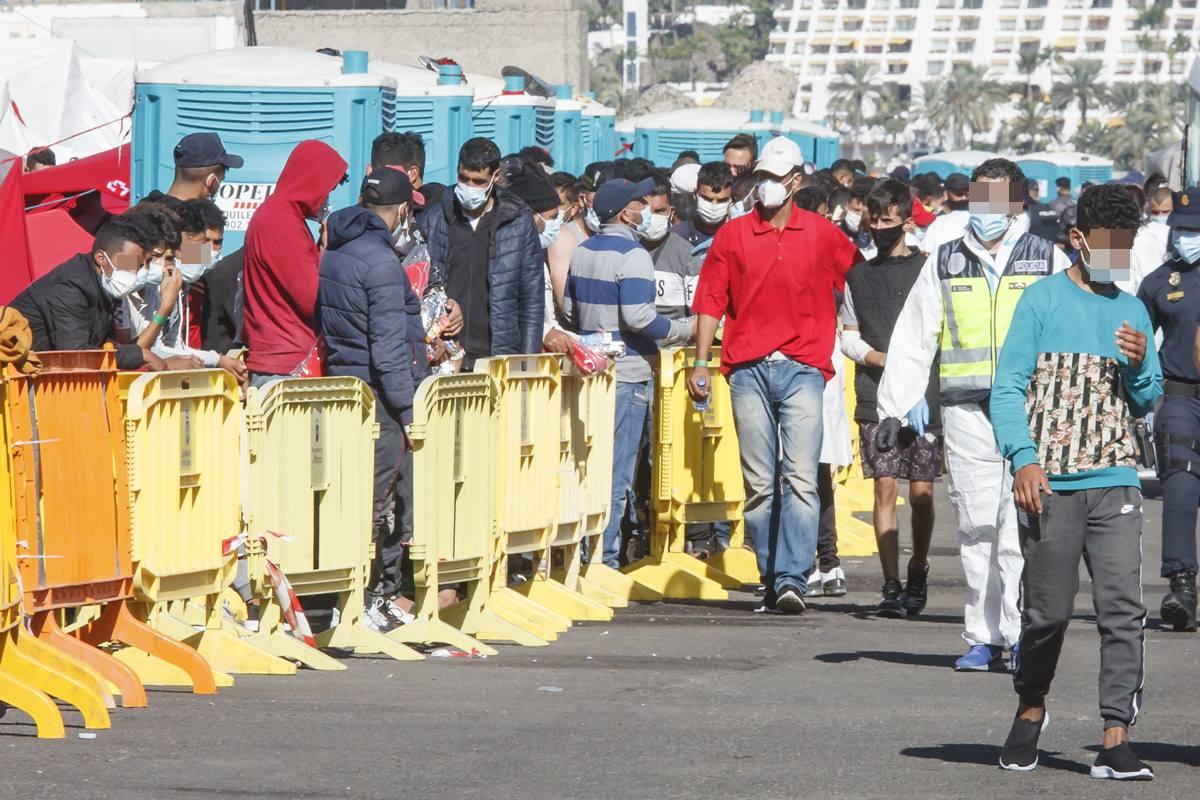 Varios inmigrantes hacen cola en el Muelle de Arguineguín, en Gran Canaria. EP
