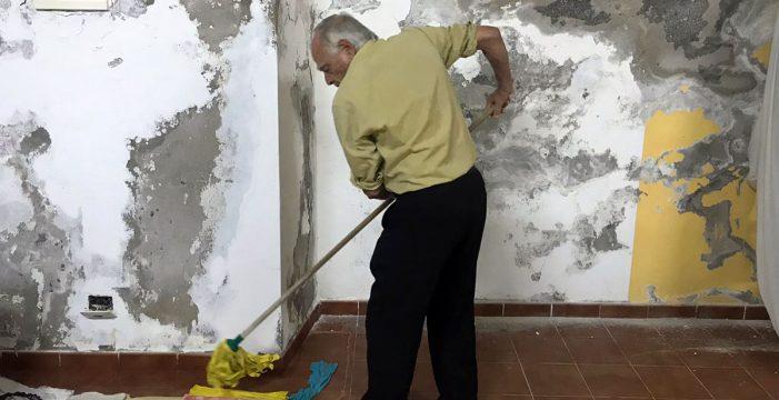 La odisea de Félix y su familia: achican agua cada día por una supuesta fuga del Ayuntamiento
