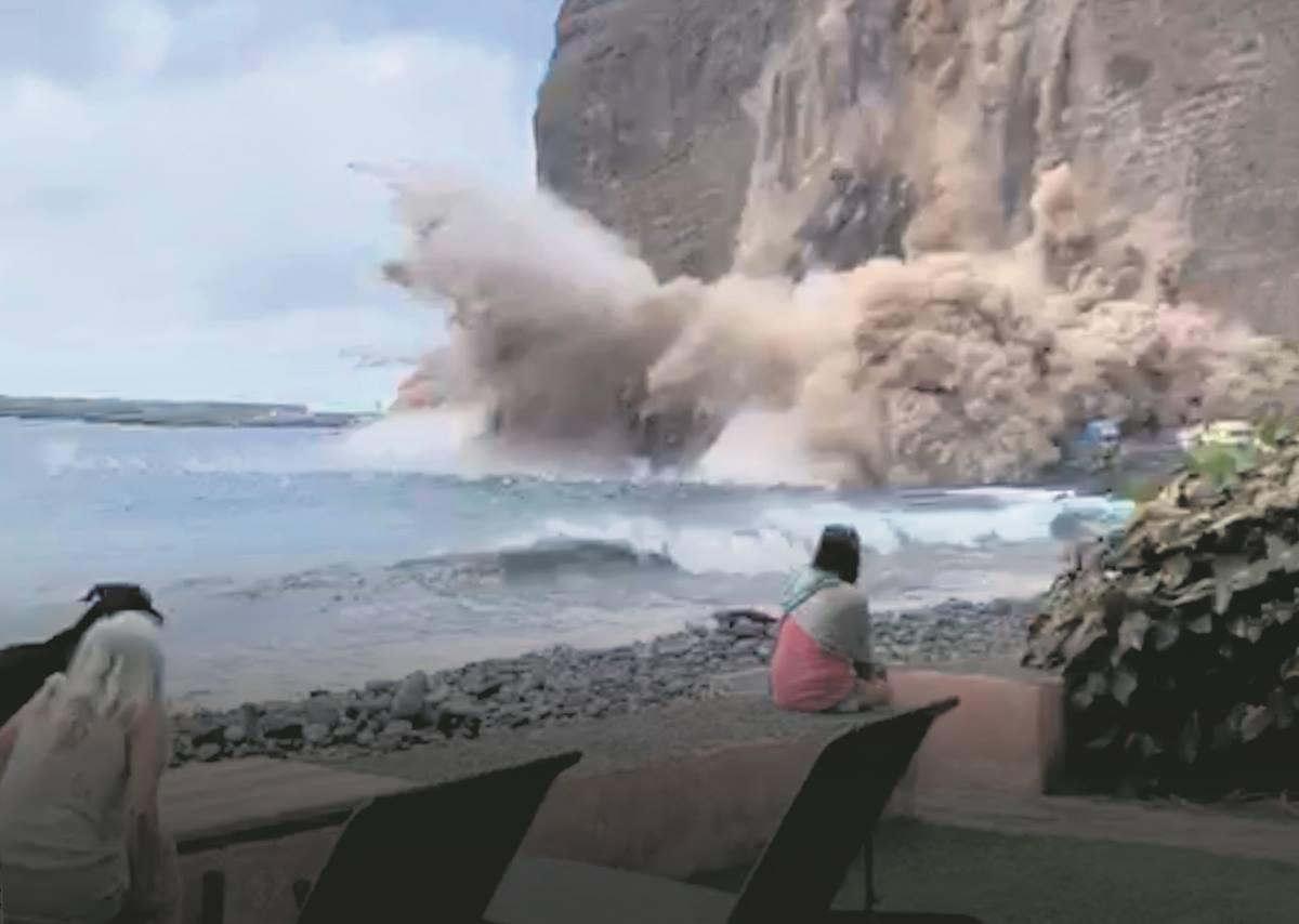 Momento en el que una parte del acantilado se desploma sobre el mar, entre el puerto de Vueltas (Valle Gran Rey) y Argaga (Vallehermoso).