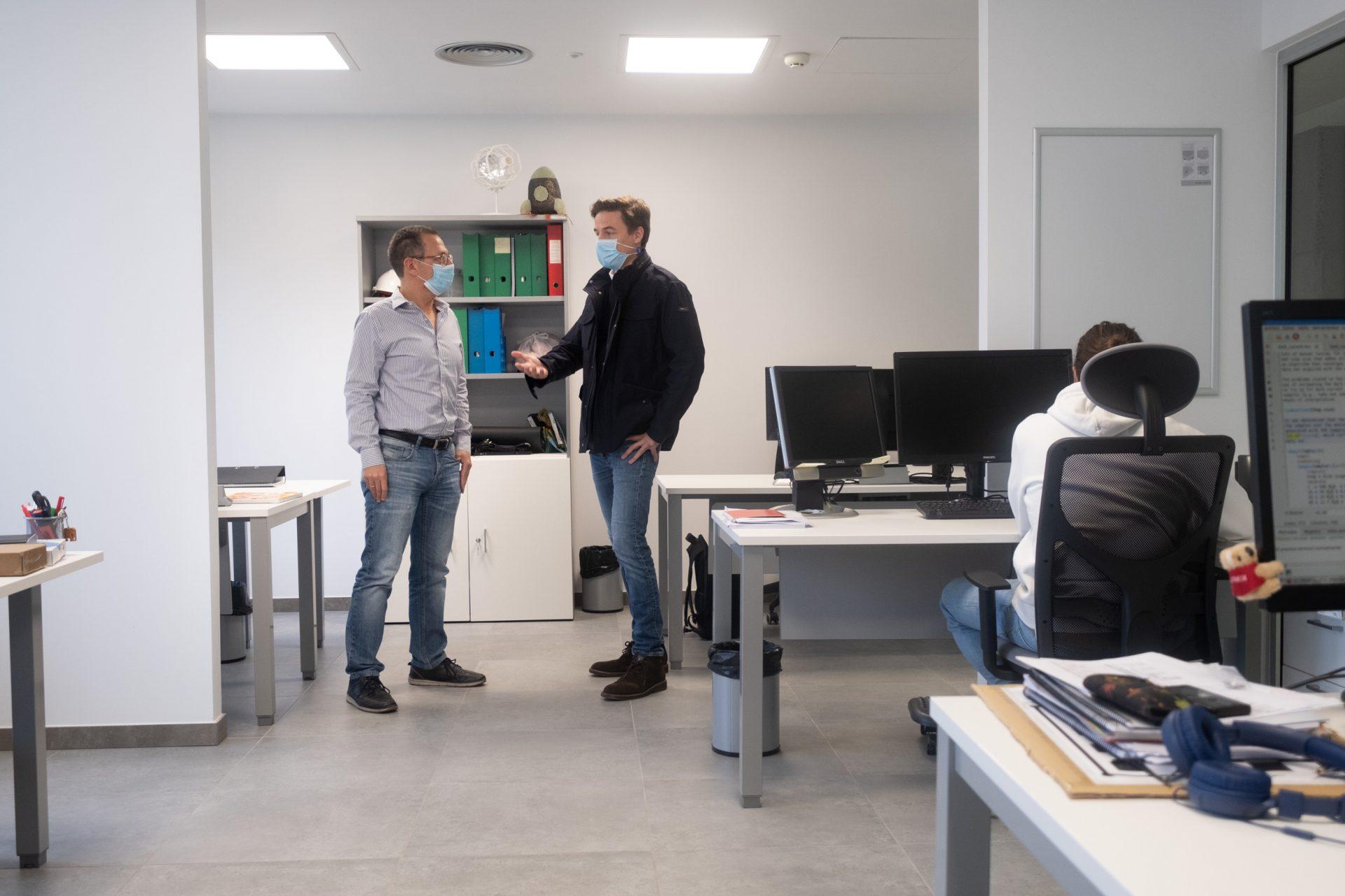 Álex Oscoz, investigador principal, y José Alonso, gestor del proyecto. FRAN PALLERO