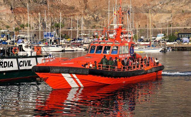Salvamento Marítimo rescata a siete migrantes en una patera cerca de Lanzarote
