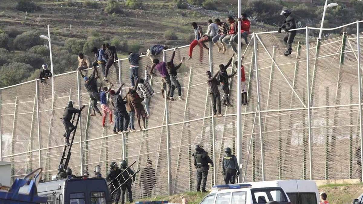 Imagen de inmigrantes encaramados a la valla de Melilla./ Efe