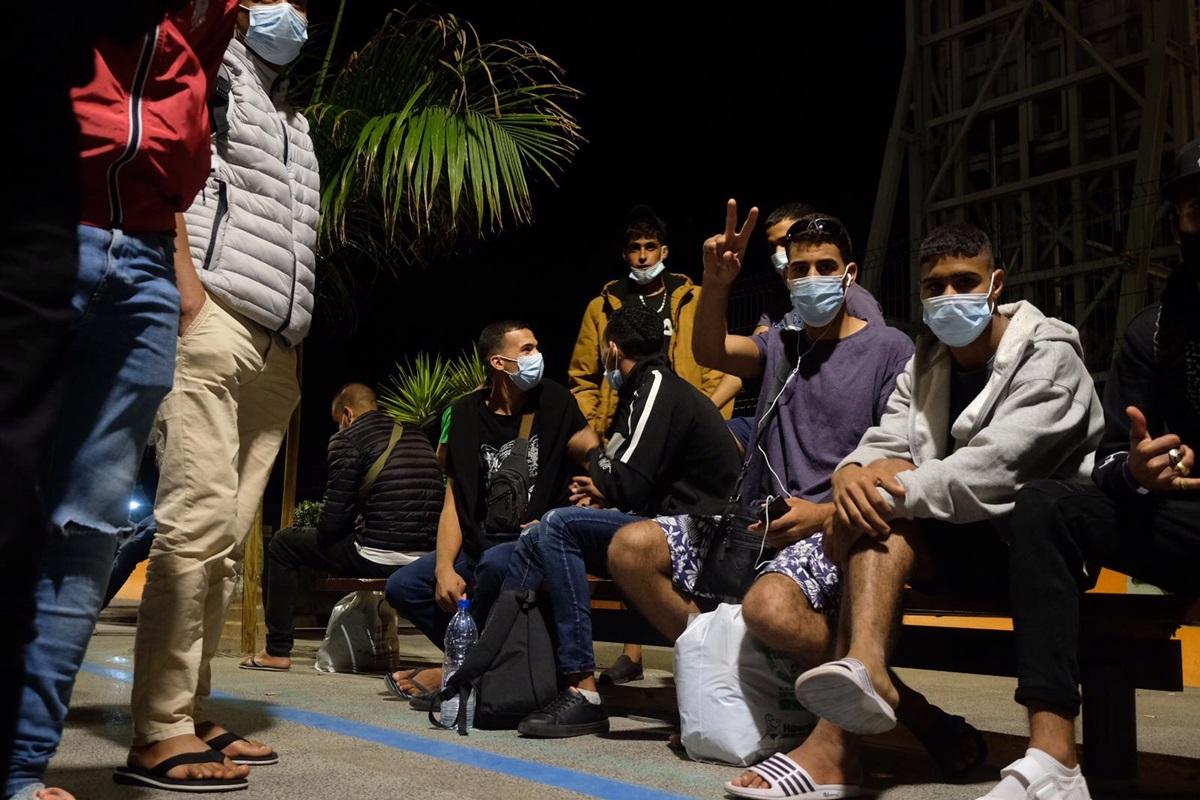 Trasladan a un centenar de inmigrantes desde Gran Canaria a Santa Cruz de Tenerife