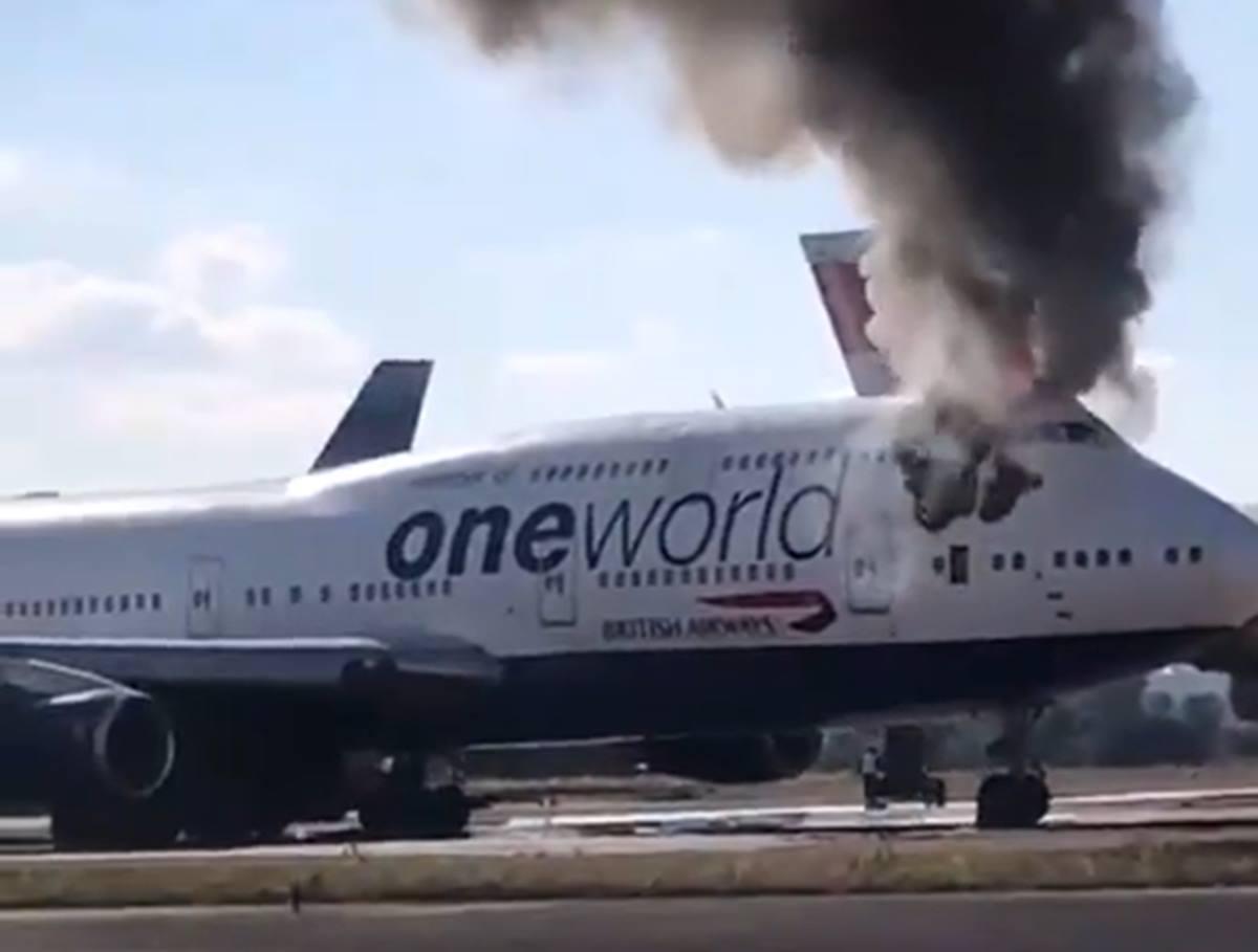 Extinguen el incendio de un avión en el aeropuerto de Castellón. Captura de vídeo Agencia Punto Press (Twitter).
