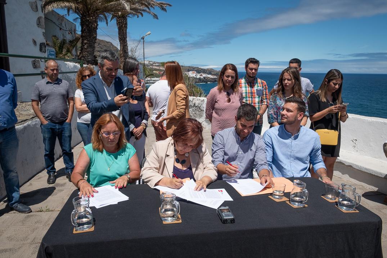 Fidela Velázquez y Juan Siverio (ambos en el centro) firmaron en junio de 2019 el llamado 'Pacto de la Concordia' para darle estabilidad al municipio. Fran Pallero