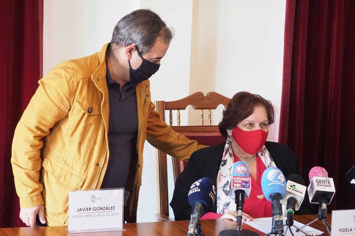 Fidela Velázquez, junto al asesor jurídico de la Alcaldía antes de comenzar la rueda de prensa. Sergio Méndez