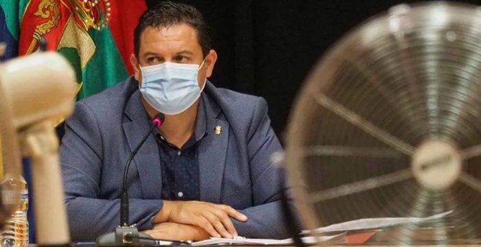 Mena deberá dar pistas hoy de cómo gobernará Arona apartado del PSOE