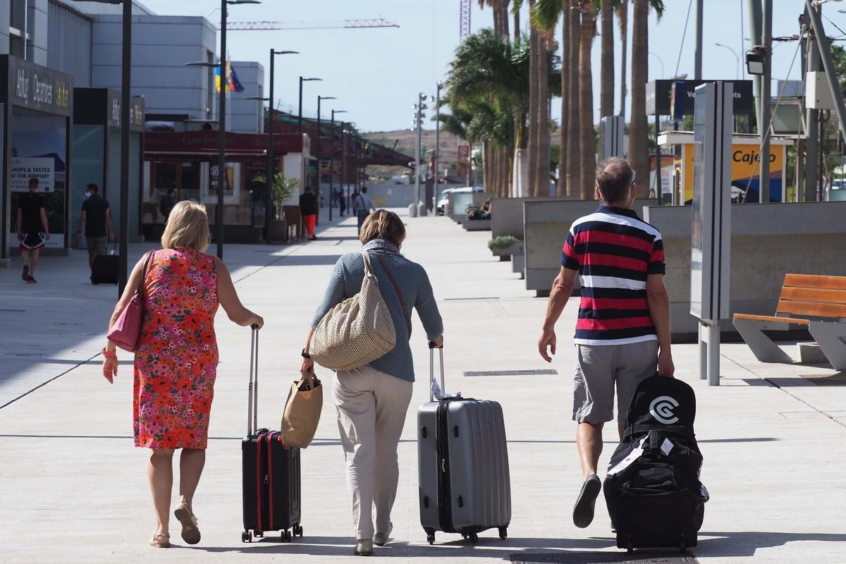 Llegada de turistas al aeropuerto de Tenerife Sur
