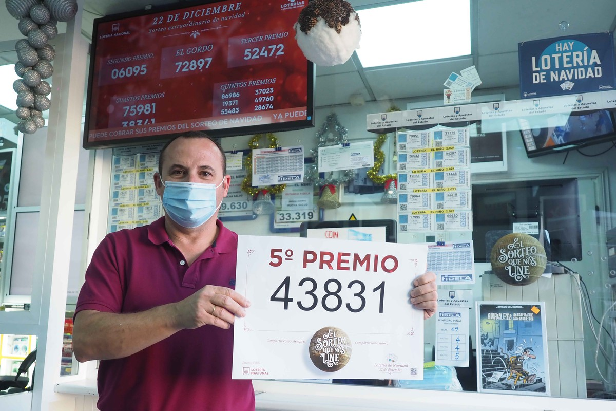 Francisco Fumero vendió en el Estanco Fidela (Santa Cruz) un décimo del quinto premio, el 43.831. S. M.