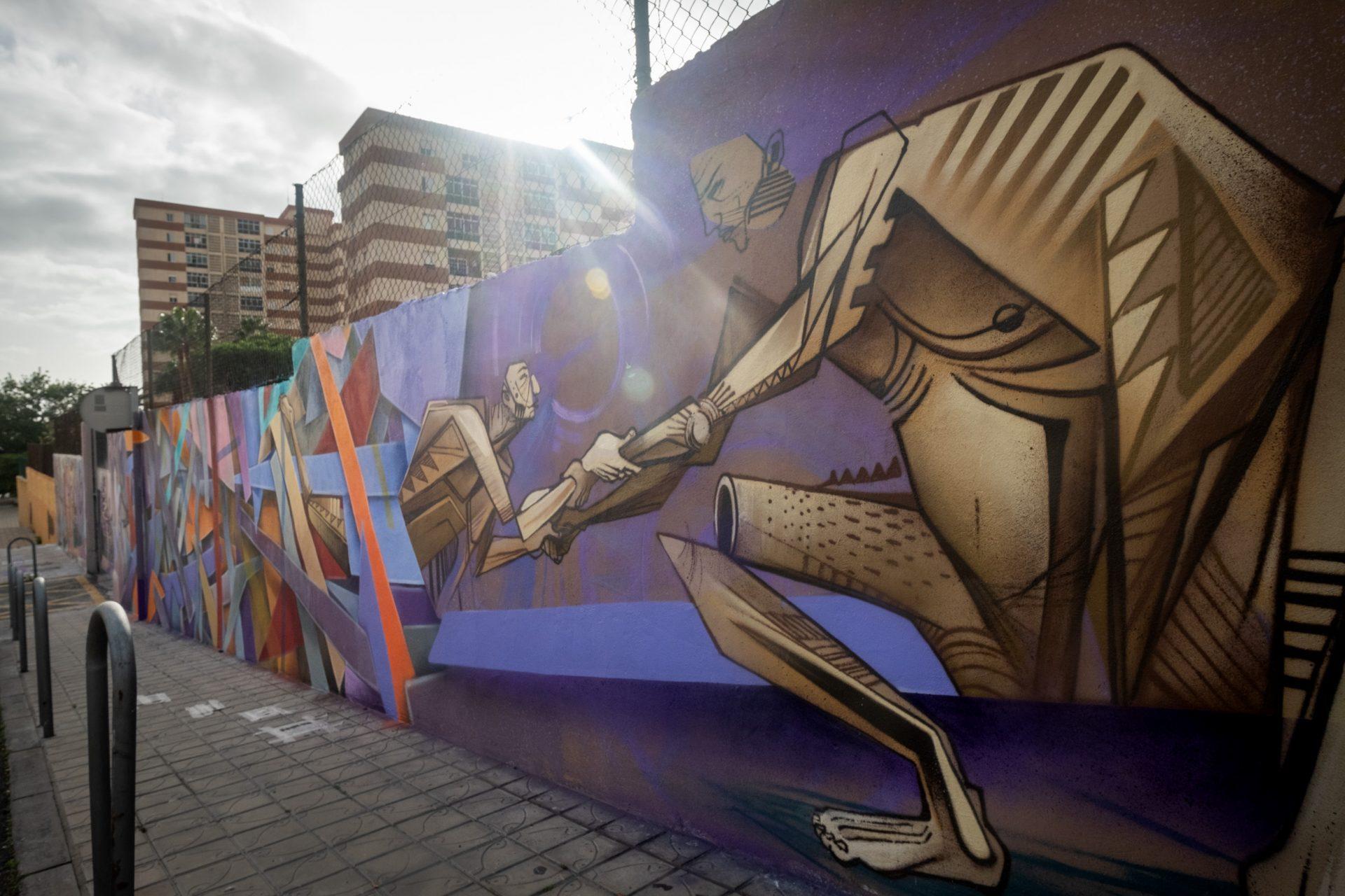 La ayuda al migrante que se juega la vida por llegar a las costas de Canarias está también representada en el mural. FRAN PALLERO