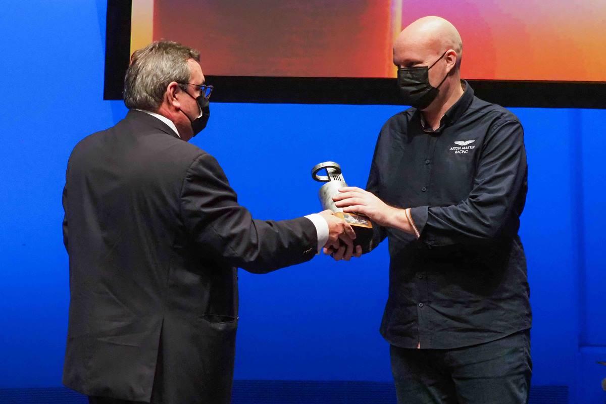 José Luis Conde entrega el premio a Danny Nielsen. S.M.