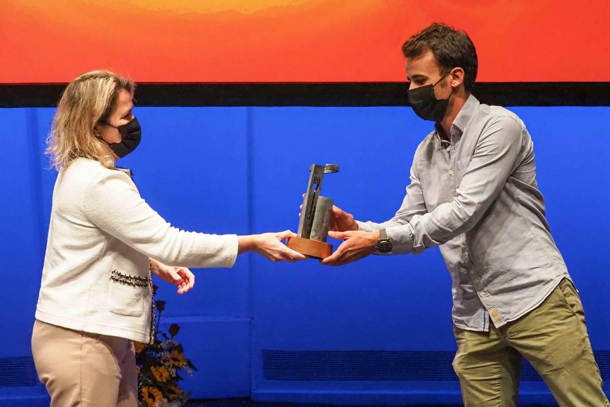 Borja Marrero recibe el galardón de la mano de Alicia Vanoostende. S.M.