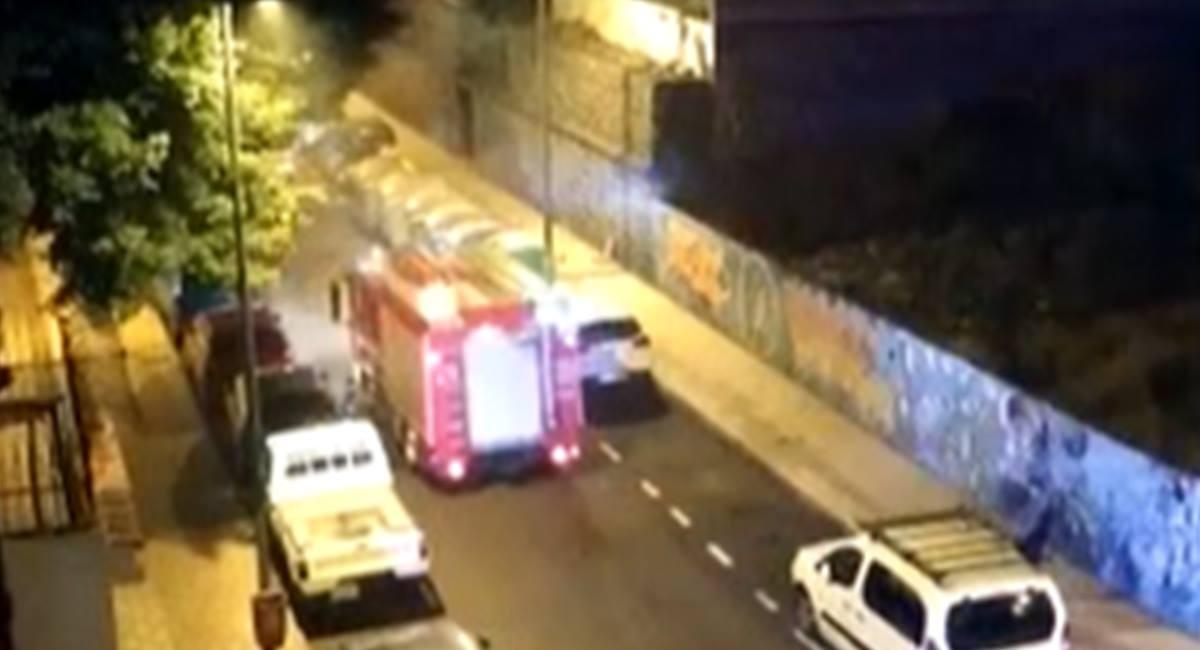 Los Bomberos apagan el fuego en un contenedor en Cruz del Señor. DA