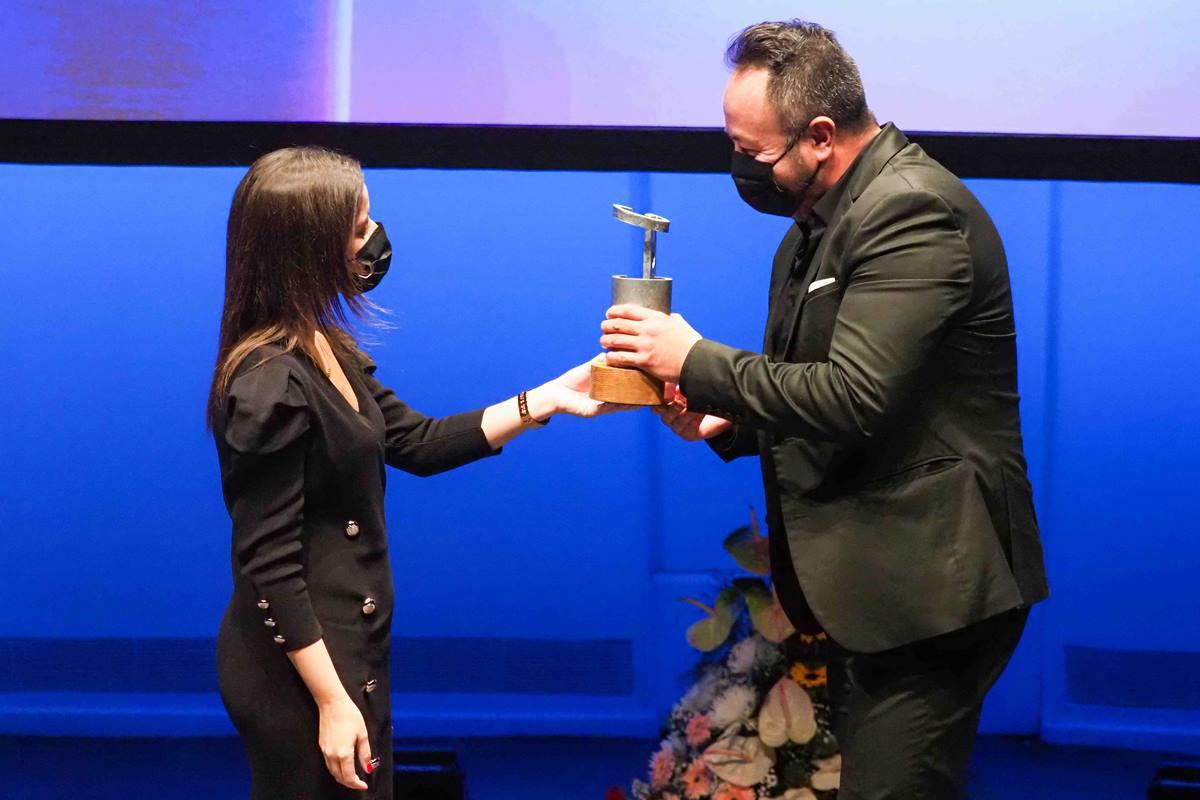 Yaiza Castilla entrega la distinción a Armando Saldanha. S.M.