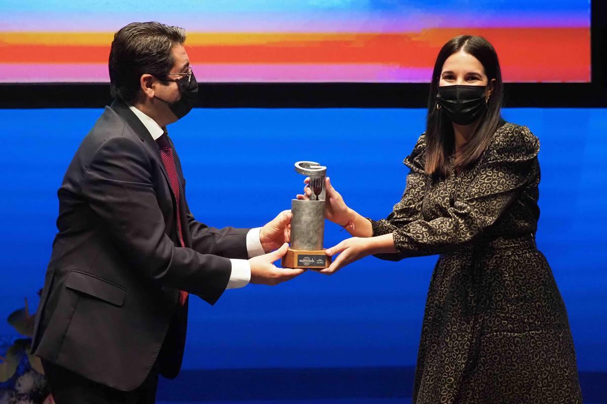 Icíar Pérez obtiene el premio de manos de Pedro Martín. S.M.