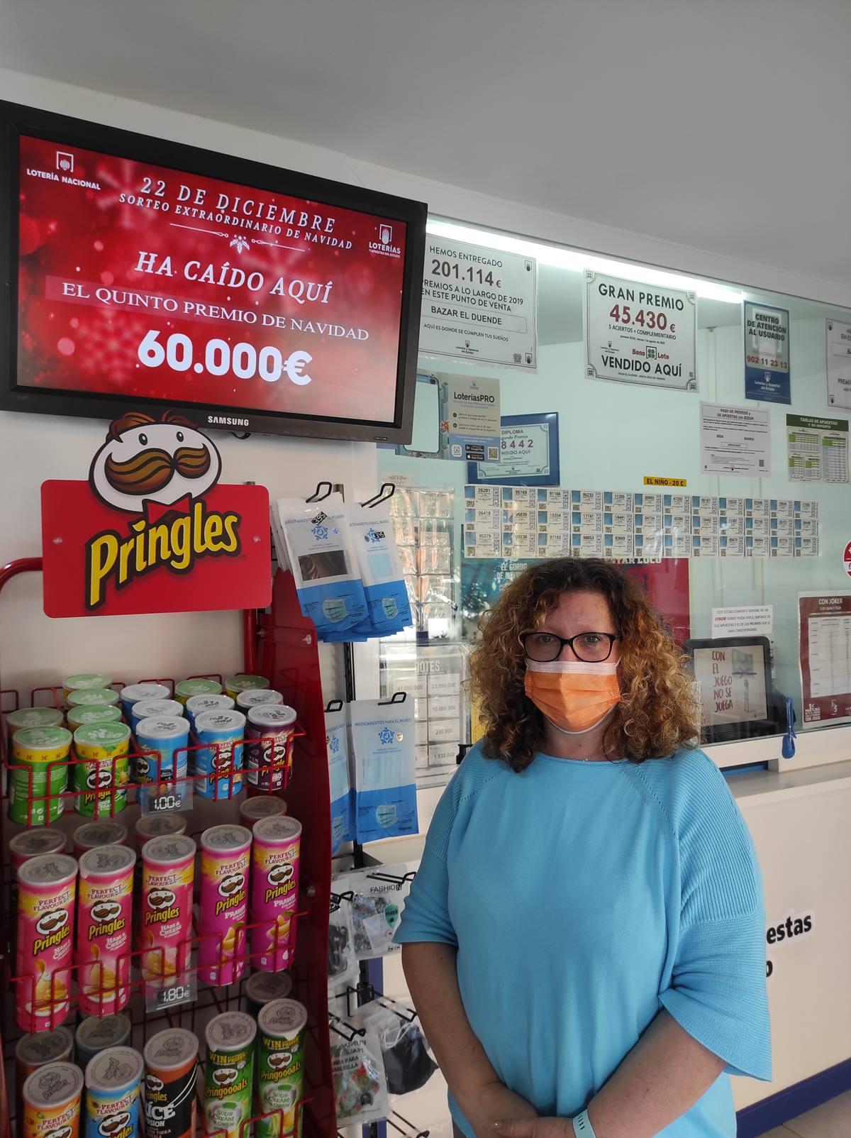 María Isabel, propietaria del establecimiento de la calle Jorge Manrique (Santa Cruz), dio un décimo del 43.831. DA