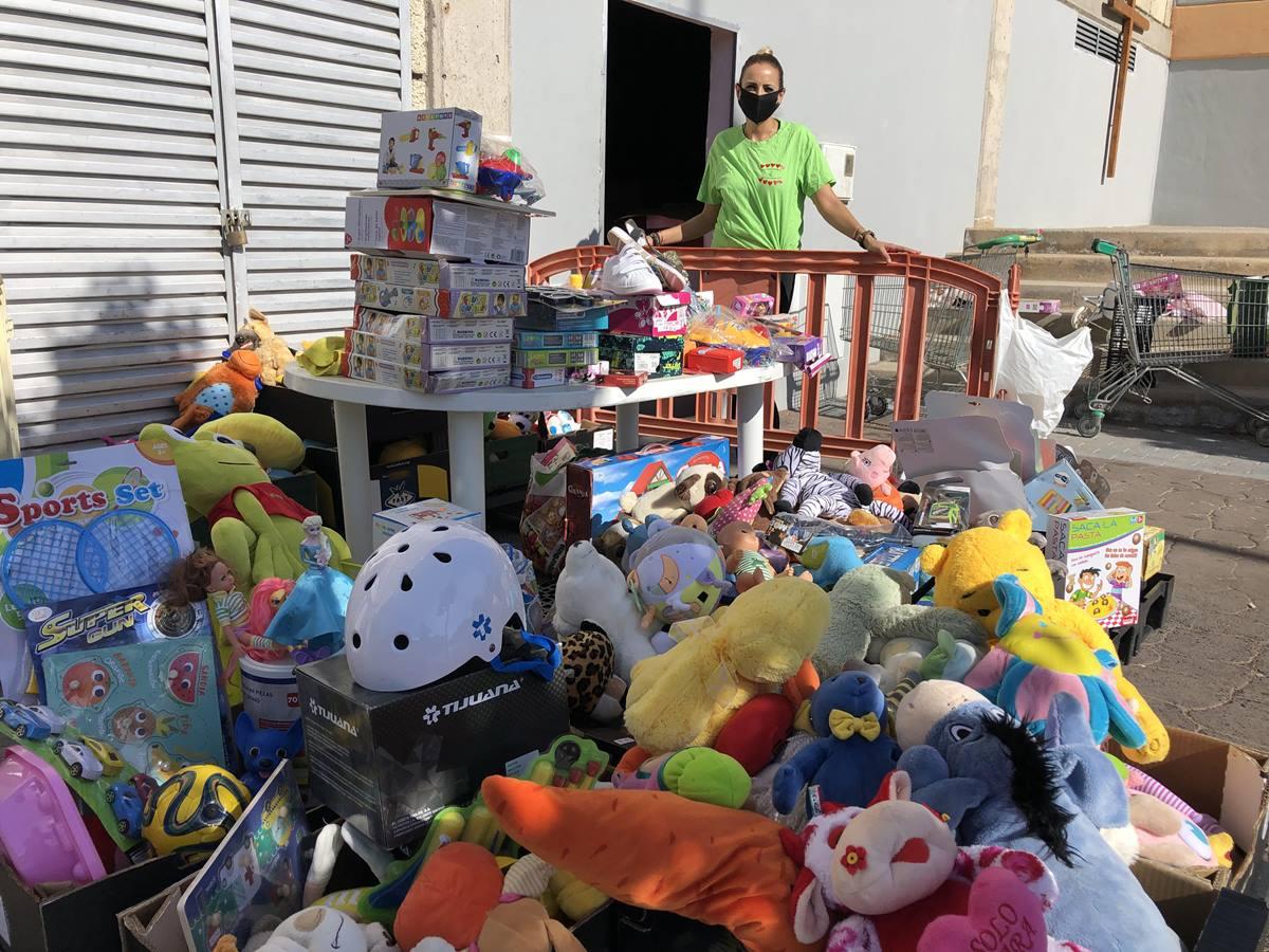 Ana Fernández, junto a los juguetes para los más pequeños. J. C. M.